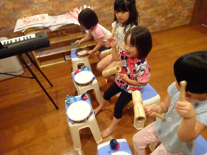 楽器で遊ぶ子どもたち